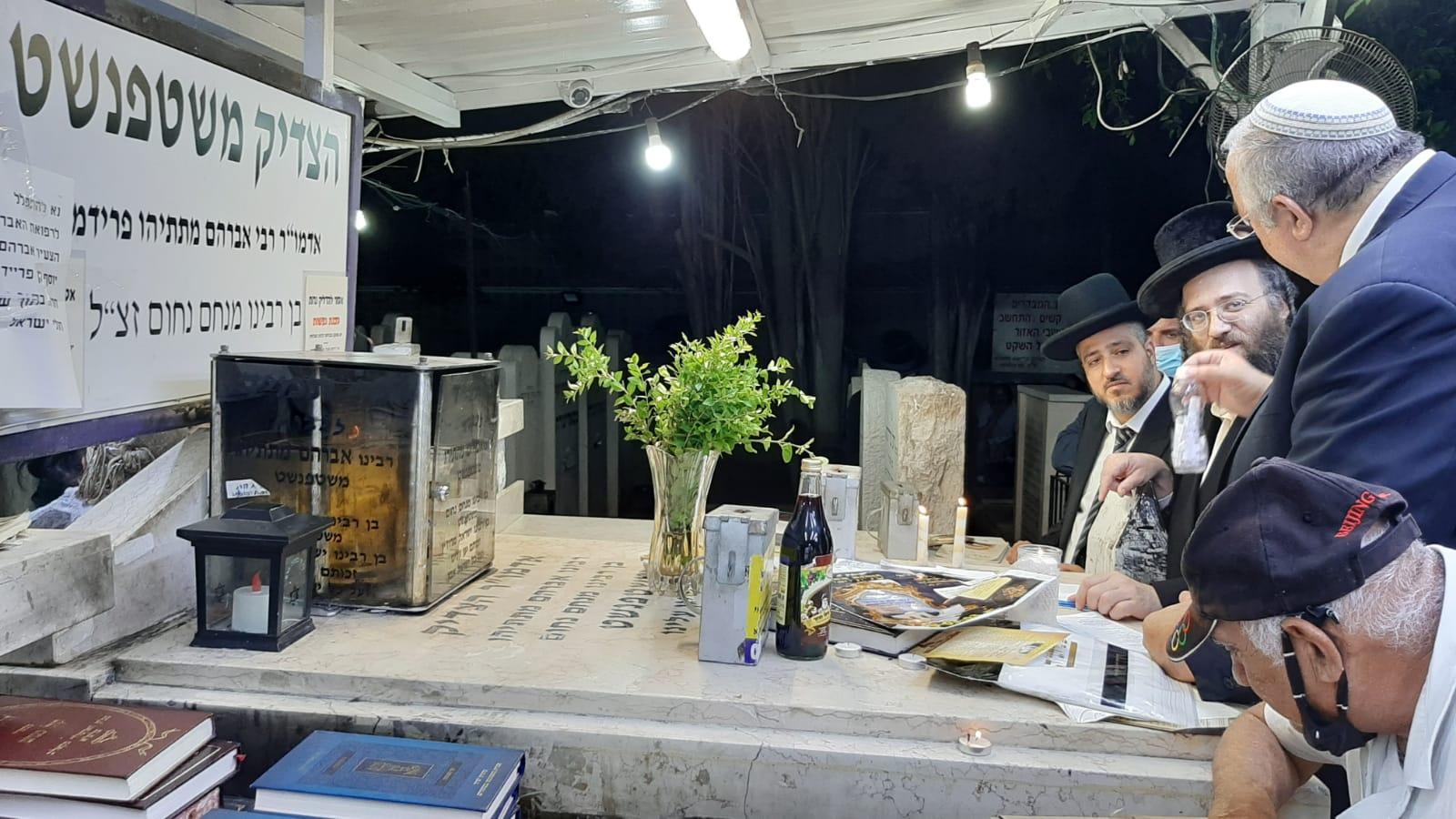 הרה''ג אברהם מאיר שלוש אב''ד חיפה בתיקון יום חמישי בקבר הצדיק משטפנשט 2