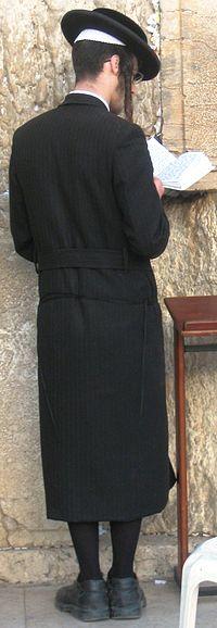 בחור חרדי מתפלל. קרדיט: ויקיפדיה