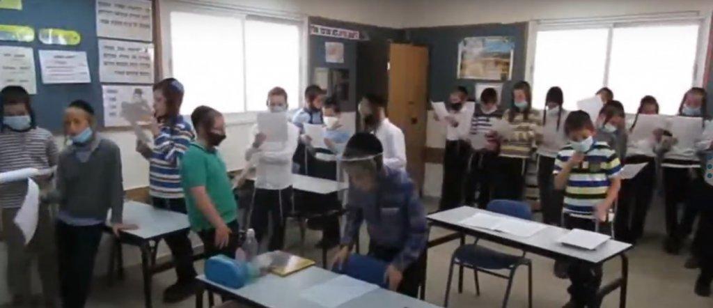 ילדי שטפנשט בתפילה למען תומכי המוסדות ולזכות עם ישראל, בניצוחו של המנהל הרב מנחם וייס.jpg