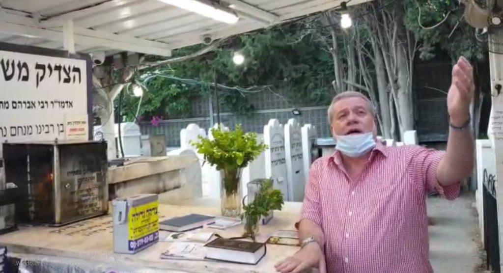 ישראל פרנס בקבר הצדיק משטפנשט במוצאי ההילולא ה-87
