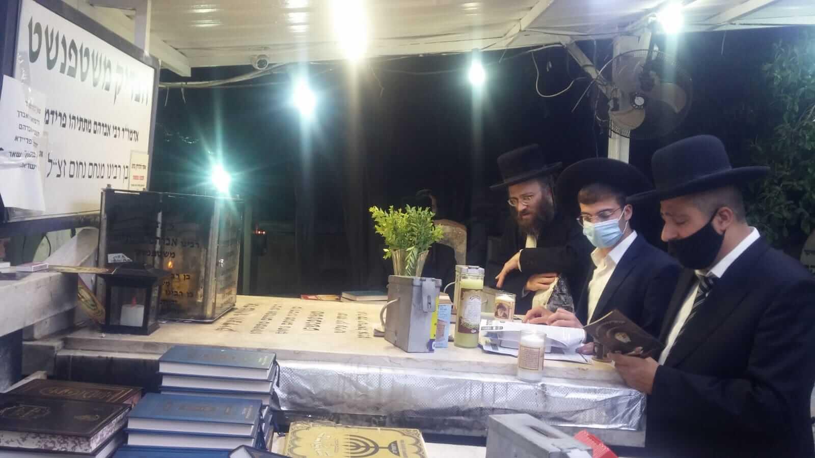 """הרב שלוש אב""""ד חיפה בתיקון חמישי בקבר הצדיק משטפנשט"""