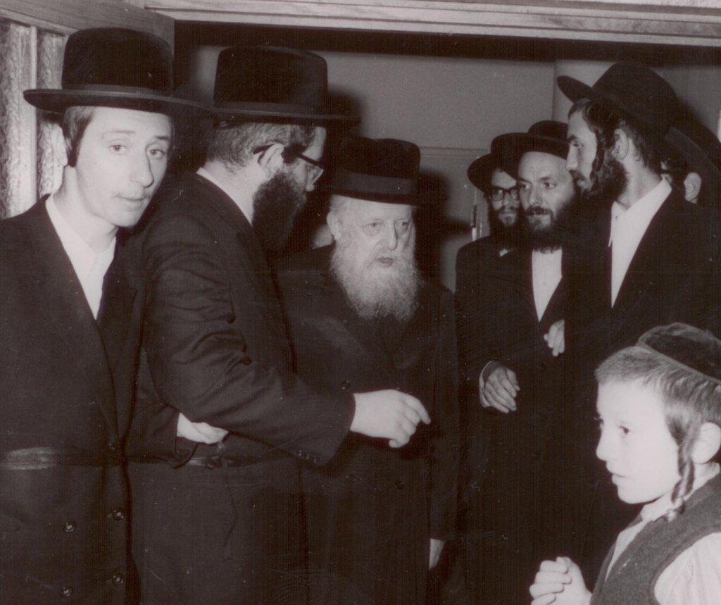 הרה''ק רבי שלמה אברהם מסאדיגורה, מלווה בנאמן ביתו הרב יצחק סלמון