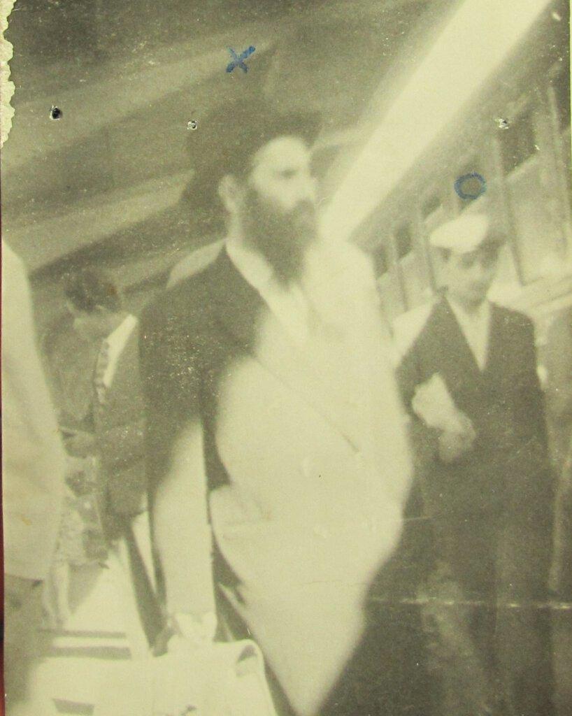 הגאון רבי שמואל טוביאס בתחנת הרכבת בבוקרשט רומניה - כפי שצולם על ידי הסקוריטטה