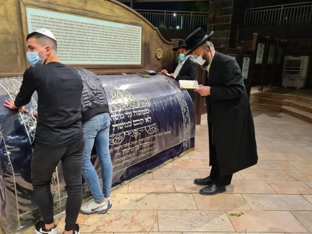 """רבני שטפנשט בקבר הרמב""""ם בטבריה"""