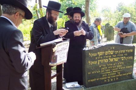 מתפללים על קברו של רבי שלום יוסף מרוז'ין 1